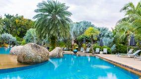 Belle piscine dans la station de vacances tropicale, Thaïlande Photos libres de droits