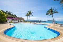 Belle piscine donnant sur la mer Photos libres de droits