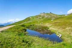 Belle piscine par la traînée de Hacklberg de la montagne de Schattberg-ouest, Alpes Image stock