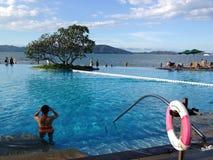 Belle piscine près de la mer Photos libres de droits