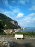 Belle place avec un banc donnant sur la mer Méditerranée et le ciel bleu photos libres de droits