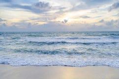 Belle plage au coucher du soleil Images stock