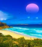Belle plage au-dessus de coucher du soleil photographie stock libre de droits