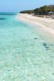 Belle plage avec de l'eau propre et le café bleus images libres de droits