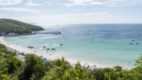 Belle plage avec des bateaux et des collines d'ivrogne Images libres de droits