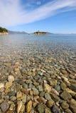 Belle plage avec des pierres Photographie stock libre de droits
