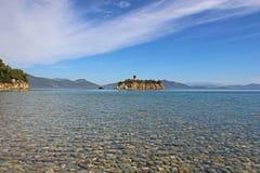 Belle plage avec des pierres Photo stock