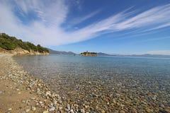 Belle plage avec des pierres Image libre de droits