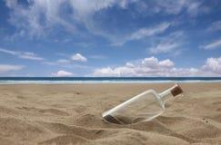 Belle plage avec la bouteille bouchée Images libres de droits