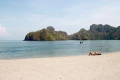Belle plage avec la détente de personnes photo libre de droits