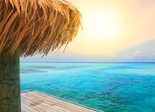 Belle plage avec la jetée photographie stock libre de droits