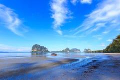 Belle plage avec le bateau de pêcheur Photos libres de droits
