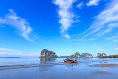 Belle plage avec le bateau de pêcheur Photographie stock libre de droits