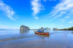 Belle plage avec le bateau de pêcheur Photo stock
