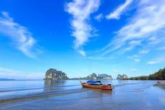 Belle plage avec le bateau de pêcheur Images stock