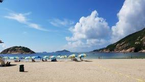 Belle plage avec le ciel bleu Photographie stock