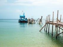 Belle plage avec le ciel bleu et un bateau sur le dock Image stock