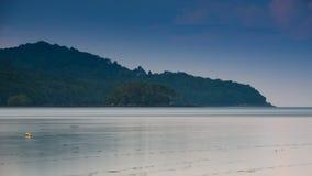 Belle plage avec le lever de soleil, longue exposition Images libres de droits