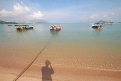 Belle plage avec le petit bateau images libres de droits
