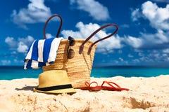 Belle plage avec le sac chez les Seychelles photographie stock libre de droits