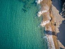 Belle plage avec le tir de vue sup?rieure de famille photographie stock libre de droits