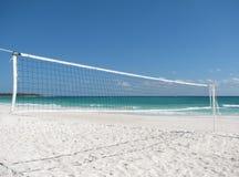 Belle plage avec un filet de volleyball Images stock