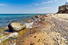Belle plage baltique : mer, roches et sable Photos libres de droits