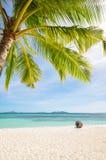 Belle plage blanche et ciel bleu Photographie stock libre de droits