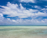 Belle plage blanche tropicale de sable et eau clair comme de l'eau de roche Images libres de droits