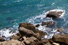 Belle plage bleue lumineuse pétreuse de mer avec les grandes pierres un jour d'été, photo de nature images stock