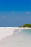 Belle plage d'île sur les Maldives Photographie stock