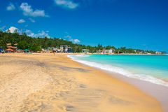Belle plage d'Unawatuna dans Sri Lanka photos stock