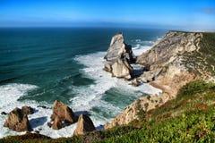 Belle plage d'Ursa avec ses formations de roche colossales photo stock