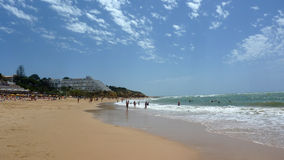 Belle plage dans Algarve Photos stock