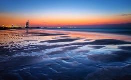 Belle plage dans le coucher du soleil Images stock