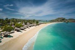 Belle plage dans Lombok, Indonésie vue d'en haut Photographie stock