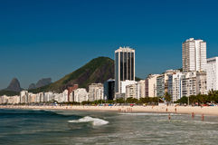 Belle plage de Copacabana sur Sunny Day Photo stock