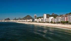 Belle plage de Copacabana sur Sunny Day Image libre de droits