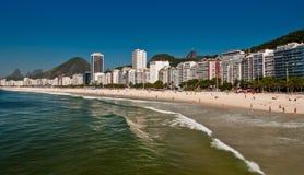 Belle plage de Copacabana sur Sunny Day Photographie stock