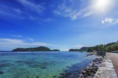 Belle plage de paradis, sable blanc, l'eau de turquoise, paumes, seych Image libre de droits