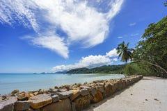 Belle plage de paradis, sable blanc, l'eau de turquoise, paumes, seych Photos libres de droits