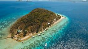 Belle plage de vue aérienne sur une banane tropicale d'île philippines clips vidéos