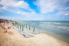 Belle plage en été le 11 août 2012 Mamaia, Roumanie. Image libre de droits