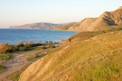 Belle plage ensoleillée de mer avec des montagnes Images libres de droits