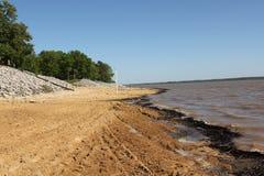 Belle plage Front View d'un lac très scénique Arkabutla sur Sunny Day Under Blue Skies parfait Image libre de droits