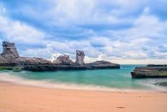 Belle plage klayar, corail bleu de Java-Orientale, mer de l'Indonésie photo stock