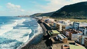 belle plage renversante de ressac du bourdon i aérien avec des vagues et gonfler l'entrée devant une haute falaise de village mig photos stock