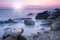 Belle plage rocheuse de mer Photographie stock