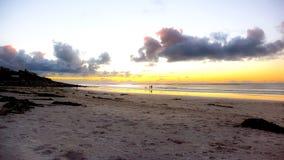 Belle plage sablonneuse au coucher du soleil à Cape Town Image libre de droits