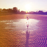 Belle plage sablonneuse avec des roches image libre de droits